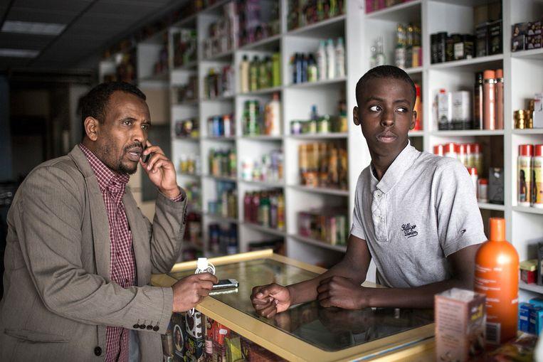 IIylaas Hassan (rechts) in de Waaberishop van zijn ouders in Eindhoven. Links Salam Ahmed, die geen werkvergunning heeft. Beeld Mike Roelofs