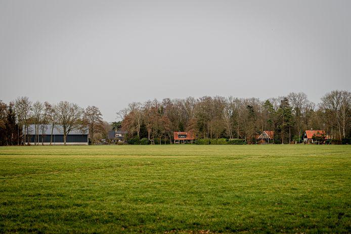 Links de nieuwe bedrijfshal, rechts recreatiewoningen in park Kagelinkbos