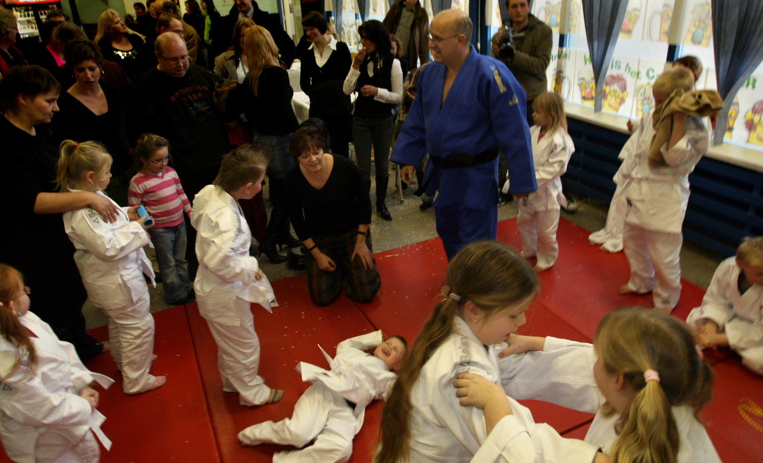Minister Vogelaar woonde tijdens haar bezoek aan de Rivierenwijk in Deventer ook een judoles bij.