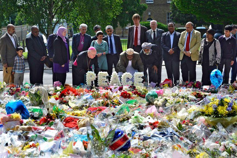 De bloemenzee op de plek waar de Britse militair Lee Rigby omgebracht werd, vorig jaar mei. Beeld reuters