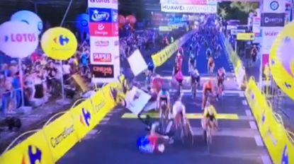 Dramatische finish in Ronde van Polen: Jakobsen gaat hard tegen de grond aan finishlijn, ook Groenewegen en Philipsen onderuit
