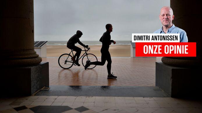 Een fietser en jogger in Oostende.