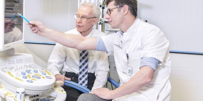 Uroloog Harm van Melick met een patiënt.
