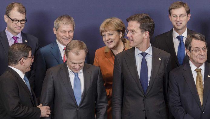 Minister-president van Turkije Ahmet Davutoglu (links), Voorzitter van de Europese raad Donald Tusk, Mark Rutte, President van de Republiek Cyprus Nicos Anastasiades (rechts) en Bondskanselier van Duitsland Angela Merkel (midden) op de Europees-Turkse topconferentie over de vluchtelingencrisis.