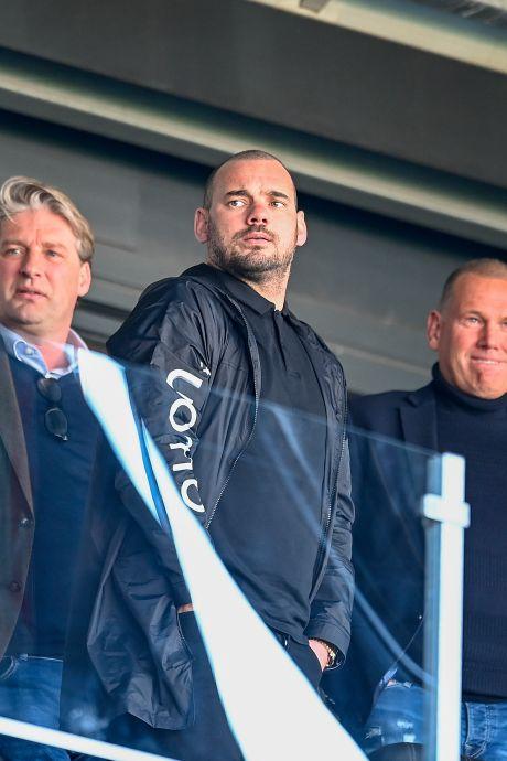 Toeschouwer Wesley Sneijder ziet wereldgoal Paco van Moorsel in verloren wedstrijd FC Den Bosch
