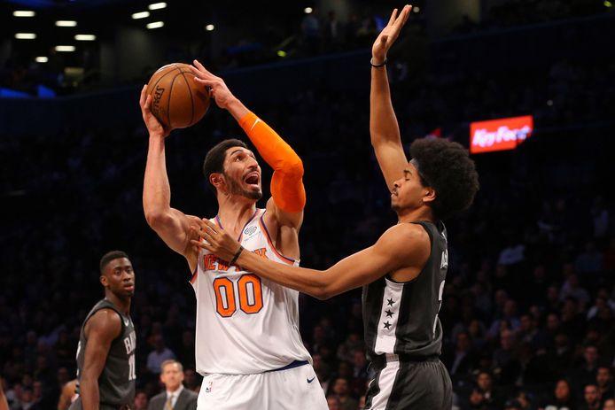 New York Knicks-center Enes Kanter (links) in actie tegen Brooklyn Nets'Jarrett Allen.