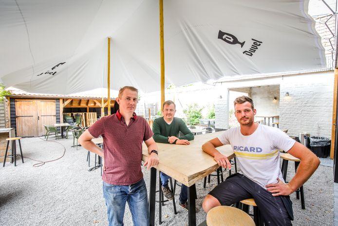 Bart en Sander De Bruyne samen met Gilles Cools op het terras van Café Sint-Elooi