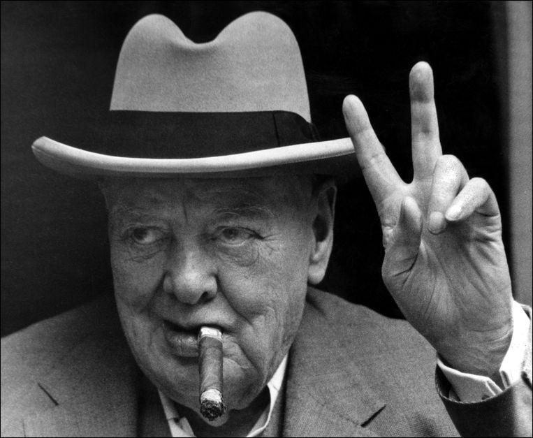 Sir Winston Churchill maakt het V-teken op 19 juni 1963 tijdens zijn vakantie in La Turbie aan de Franse Riviera.