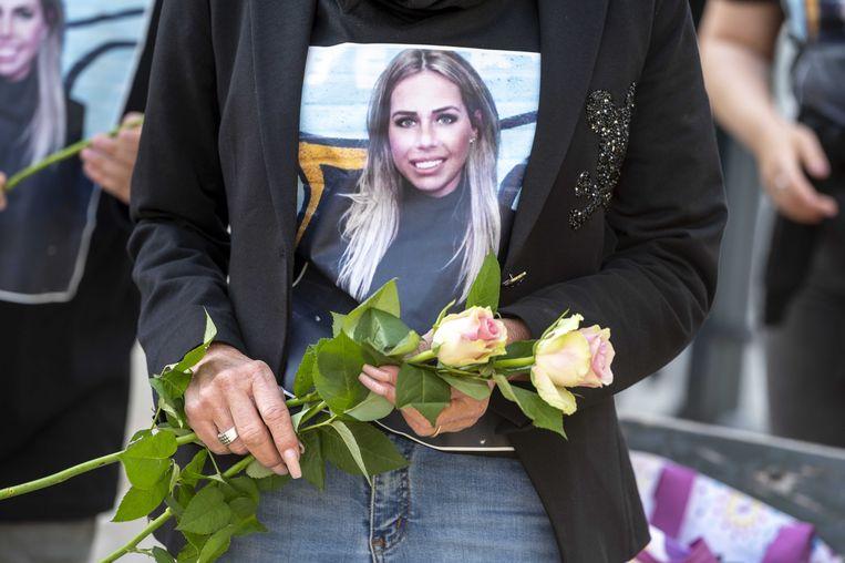 Vrienden en buurtbewoners hielden eind mei een stille tocht voor de 27-jarige Ayla Mintjes, zij overleed nadat zij was beschoten in de Maassluisstraat. Beeld ANP