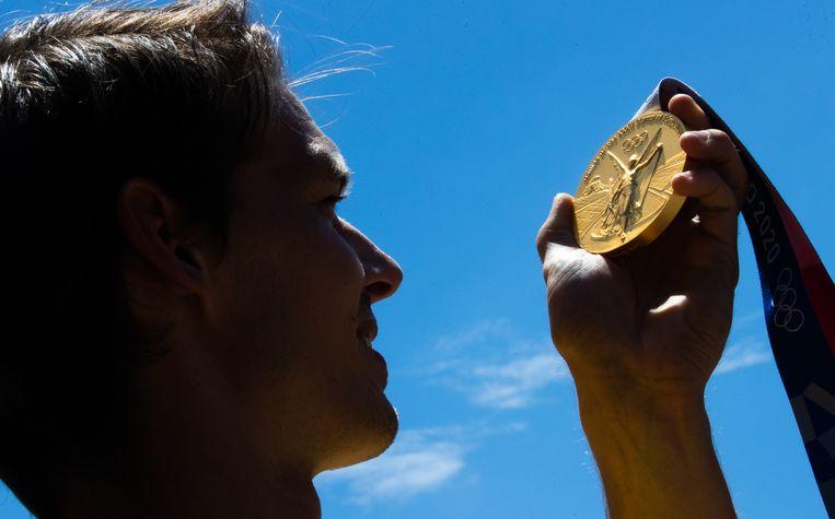Red Lion Felix Denayer met zijn gouden medaille. Beeld BELGA
