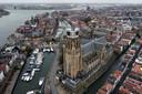 De Grote Kerk van Dordrecht, met uitzicht op historische havens, statige grachtenpanden en het drierivierenpunt.
