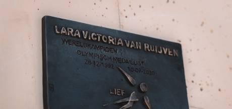 Shorttrackers eren Van Ruijven met plaquette: 'Het woordje 'lief' typeerde Lara het best'