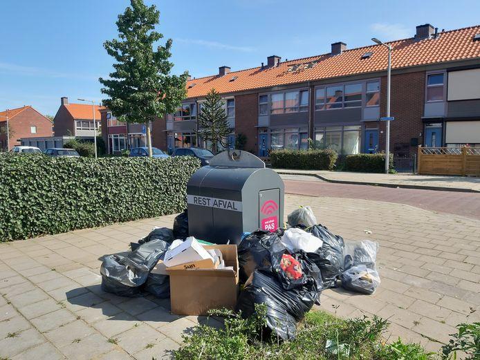 Een schone toekomst lonkt in de wijk Malburgen-Oost in Arnhem: als op 1 juni de afvalcontainers van het slot gaan, gooit elke wijkbewoner zijn afvalzak in de container en niet ernaast, zo is de hoop en de verwachting.