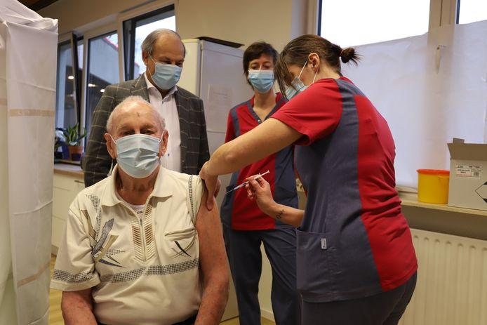Ook Jean kreeg zijn eerste dosis van het vaccin.