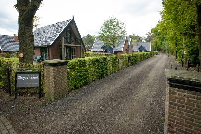 In elk geval nog een jaar ziet de gemeente Elburg het door de vingers dat in deze huisjes aan de Berkenweg in Doornspijk arbeidsmigranten wonen, omdat ze verwacht dat de situatie gelegaliseerd wordt.