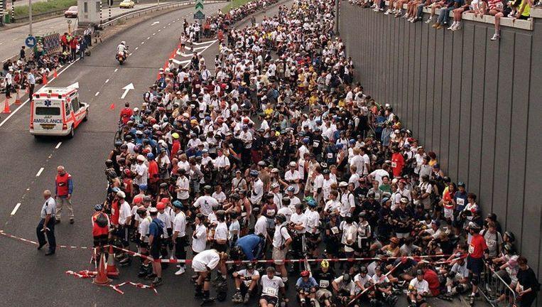 Duizenden skeelers wachten na het ongeluk in de IJtunnel totdat het parcours weer wordt vrijgegeven. In 1999 raakten 44 skeeleraars gewond bij de afdaling naar de tunnel. Foto ANP Beeld