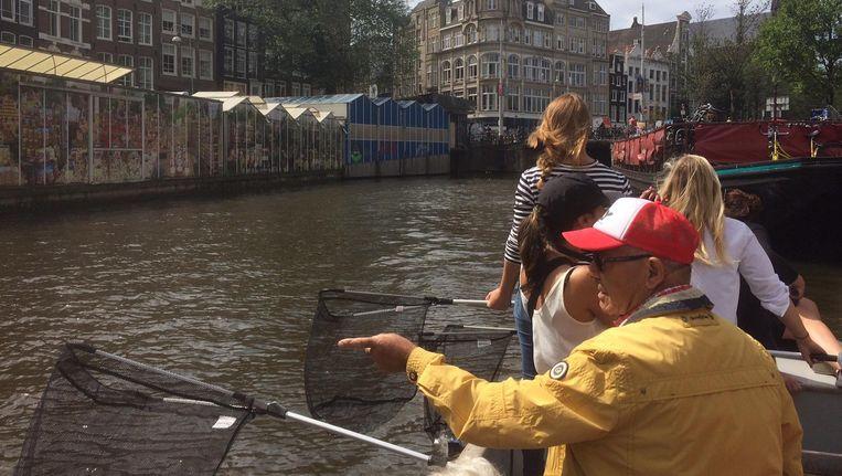 Vrijwilligers vissen plastic uit de gracht Beeld Julia Cornelissen