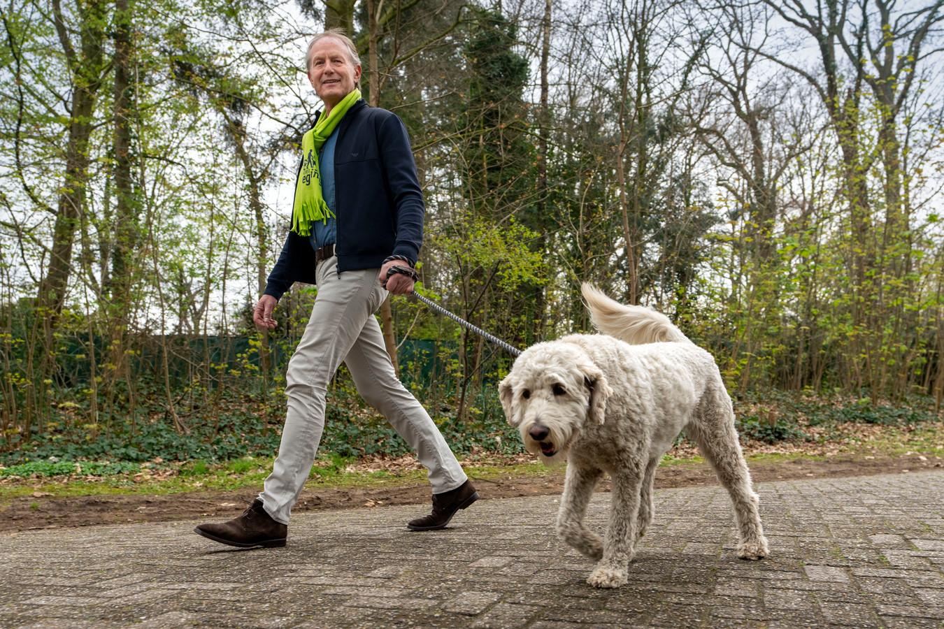 Leander Pennings, met hond Saartje, organiseert met vijf anderen de actie Rosmalen in Beweging waarbij geld wordt gedoneerd door te fietsen of te wandelen