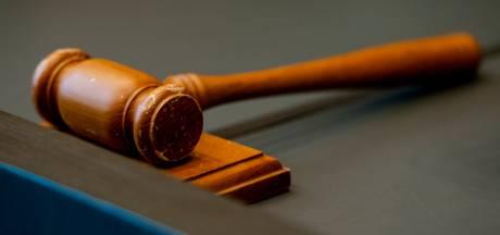 Opnieuw werkstraf geëist voor man (49): verdacht van aanrichten knieletsel nichtje door rookbom