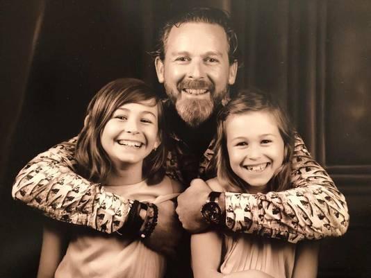 Martijn Meijerink met zijn dochters.