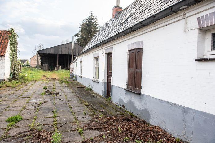 De oude boerderij is al jaren onbewoond.