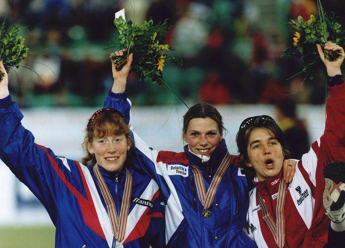 Annamarie Thomas (goud) op het podium van de 1000 meter bij de WK afstanden van 1996, met links Chris Witty (zilver) en rechts Emese Hunyady (brons).