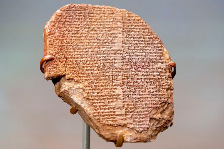 Op het kleitablet staat een deel van het Gilgamesj-epos beschreven, een van de oudste verhalen in de menselijke geschiedenis over een machtige koning die op zoek is naar onsterfelijkheid.  Beeld EPA
