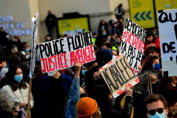 Demonstraten gaan de straat op om te protesteren tegen het wetsvoorstel.