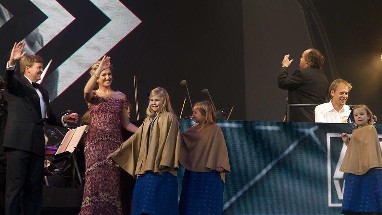 Koning Willem-Alexander, koningin Maxima en de drie prinsesjes staan op het podium terwijl DJ Armin van Buuren samen met het Koninklijk Concertgebouworkest een optreden verzorgt op de kop van het Java-eiland tijdens de koningsvaart. Beeld ANP