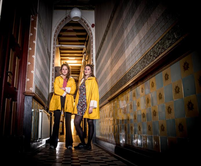 Fieke van der Panne (L) en Yuna Linde (R) zijn de initiatiefnemers achter Theater Thuisbezorgd.