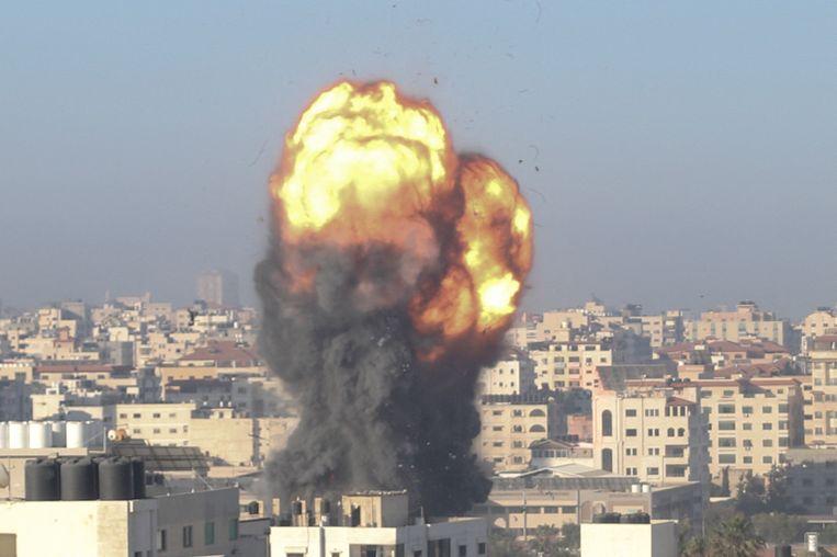 Een bom explodeert in Gaza-Stad. Beeld AFP