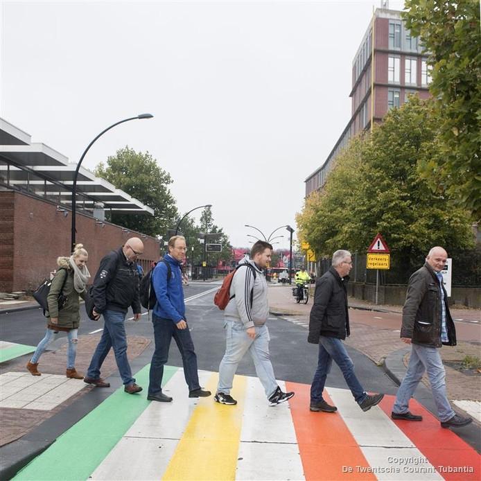 De eerste voetgangers wagen zich op het regenboogzebrapad bij het station in Almelo