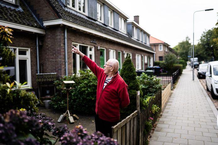 Servaas Knubben voor zijn woning in de Arnhemse wijk Geitenkamp. Zijn huis is jaren terug flink opgeknapt door de woningcorporatie, maar hij ervaart de maandelijkse energiekosten nog steeds als een behoorlijke last.
