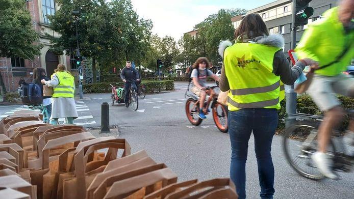 Het schepencollege van Brasschaat trakteerde woensdagvoormiddag aan de Bredabaan ter hoogte van het kruispunt met de Augustijnslei de fietsers op een ontbijtje