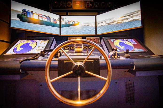 In de Hogere Zeevaartschool in Antwerpen werd vanmiddag een simulatie gedaan van de omstandigheden rond het incident met het vastgelopen vrachtschip Ever Given.