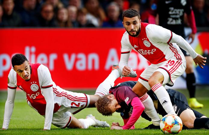 Zakaria Labyad stoomt op tegen FC Utrecht. De poging van Simon Gustafson om de buitenspeler te stuiten is vruchteloos. Links Noussair Mazraoui.