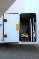 In de ruime 'garage' past ook een fiets. Deze bergplaats is bereikbaar via twee grote deuren aan weerszijden van de camper, maar ook via een deur in de woonruimte