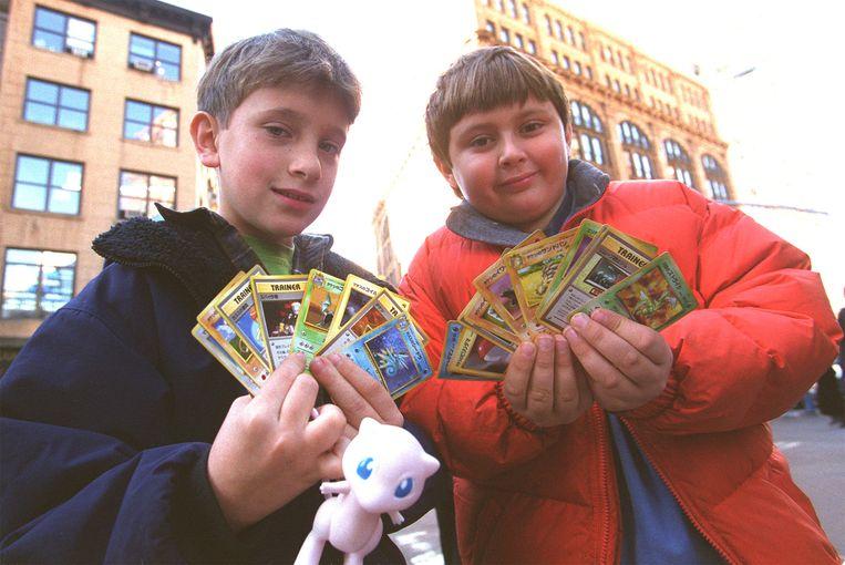 Kinderen met Pokémonkaarten in 1999 in New York.  Beeld Getty Images