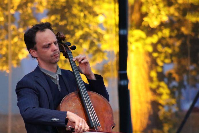 Archieffoto van: Cellist Benjamin Glorieux, vol overgave aan het spelen op het podium van Bijloke Wonderland.