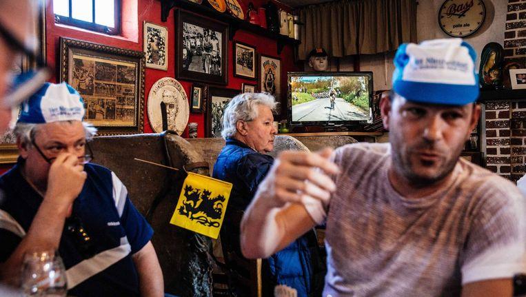 Café 't Juiste Verzet deed een verdienstelijke poging, maar kon helaas weinig klanten enthousiast maken voor het vrouwenwielrennen. Beeld Wouter Van Vooren