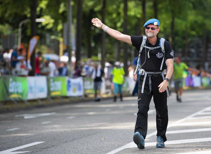Wandelaars over de Via Gladiola tijdens de laatste dag van de 103e editie van de Nijmeegse Vierdaagse.
