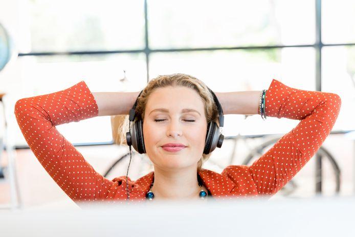 Foto ter illustratie: Veel thuiswerkers beginnen naast hun collega's zelfs de kantoorgeluiden te missen, die haal je nu in huis met een geluidsgenerator.