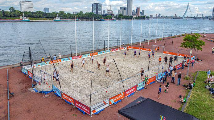 Op Beachveld de Kaap - het net aangelegde beachveld op het puntje van de Katendrechtse Kaap bij de ss Rotterdam - worden clinics gegeven door de top van beach-handballend Nederland.