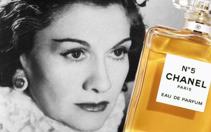 """In haar Parijse boetiek probeert Gabrielle 'Coco' Chanel ook een gevoél te verkopen. Ze wil daarom een parfum, dat ze """"vloeibare emotie"""" noemt, om in haar winkel te verstuiven. Een geniale zet."""