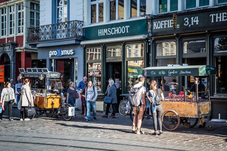 Bakkerij Himschoot op de Groentenmarkt staat al van voor de zomer te koop. Neuzenverkoper Sonny deed eerst een bod, maar concurrent Carl lijkt hem nu de loef af te steken.