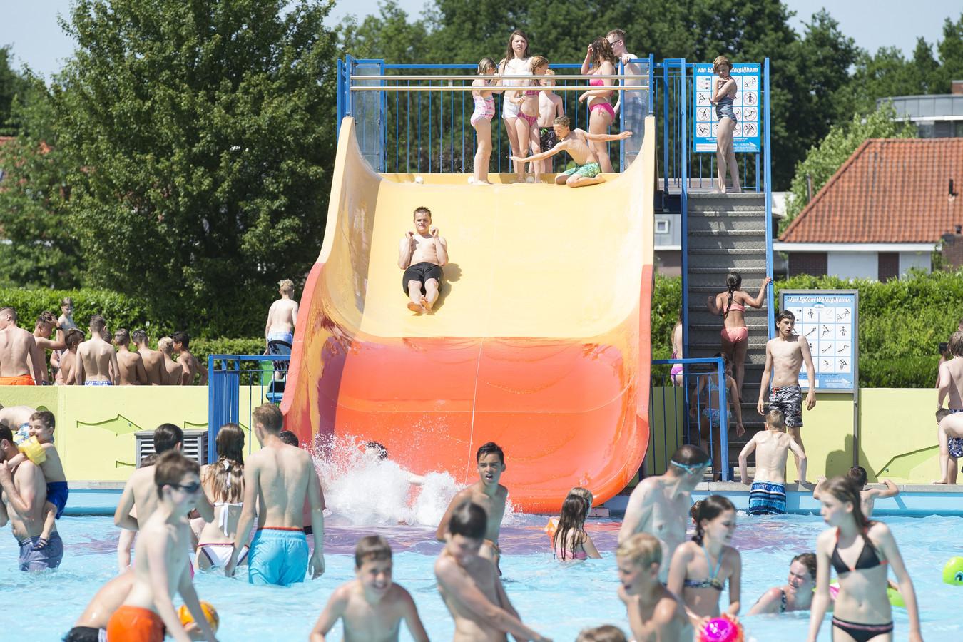 Door personeelstekort is het buitenzwembad zaterdag deels dicht voor bezoekers
