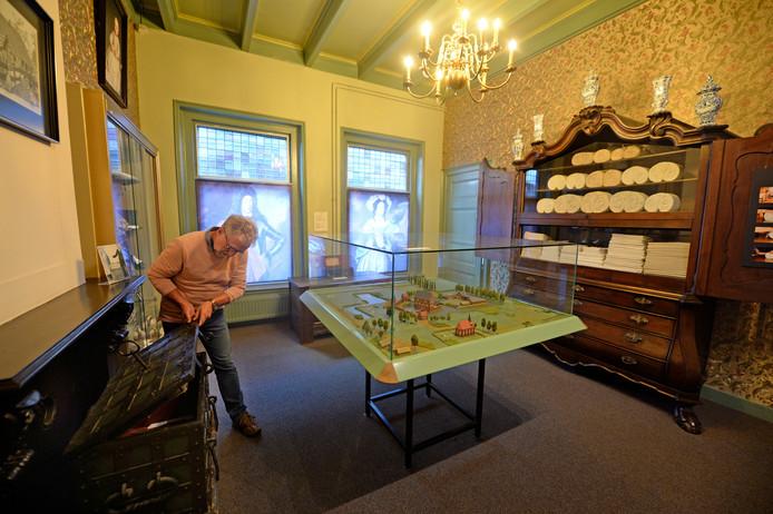 Hengelo - Museum Hengelo. Zogenaamde 'Ripperdazaal' op eerste verdieping wordt later dit jaar verbouwd tot escape room. Bezoeker in de kamer (medewerker Joop)