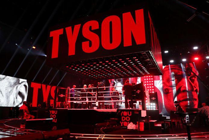 Mike Tyson stapt de ring in.