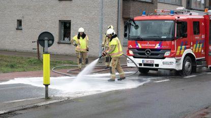 Brandweer spuit oliespoor van rijbaan