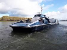 Waterbus knalt tegen loopbrug van halte in Papendrecht: halte Veerdam voorlopig dicht